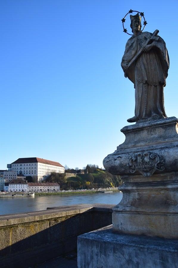 22_Statue-Nibelungenbruecke-Linzer-Schloss-Donau-Linz-Oesterreich