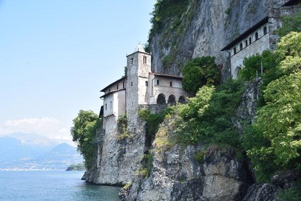 03_Eremitenkloster-Santa-Caterina-del-Sasso-Lago-Maggiore-Italien