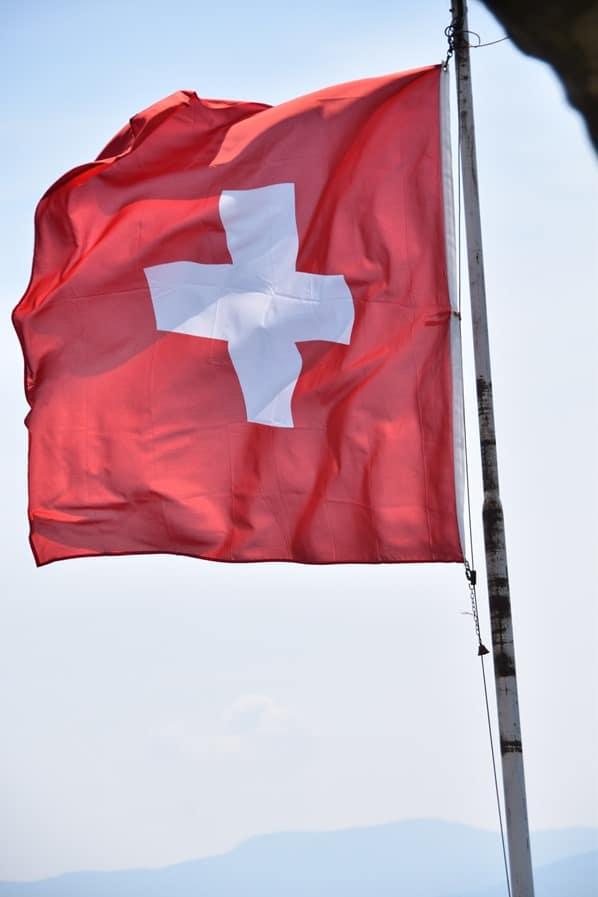 05_Schweizer-Flagge-Locarno-Lago-Maggiore-Tessin-Schweiz