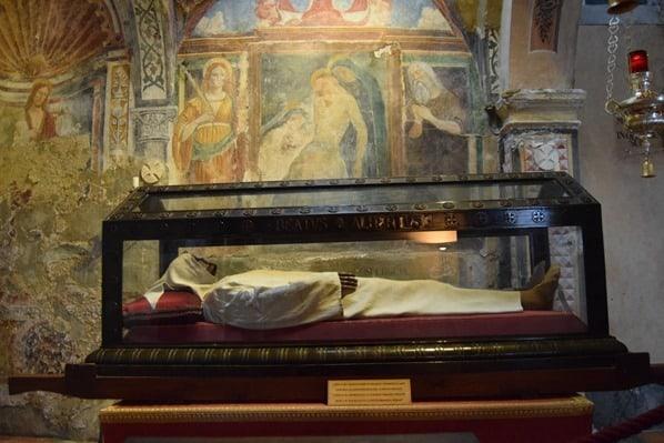06_Sarg-Eremit-Eremitenkloster-Santa-Caterina-del-Sasso-Lago-Maggiore-Italien