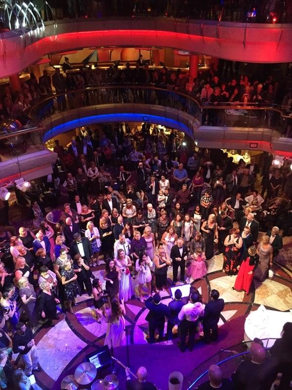 21_Party-im-Centrum-Kreuzfahrtschiff-Royal-Caribbean-Vision-of-the-Seas