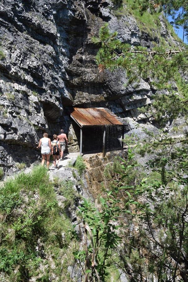 12_Wanderung-Wasserfall-Schutzdach-Achensee-Tirol-Oesterreich