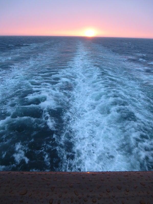 20_Kreuzfahrt-Regen-Kielwasser-Sonnenuntergang