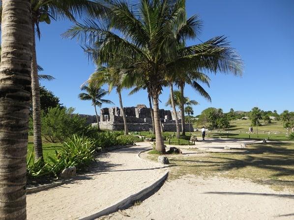 06_Weg-zum-Tempel-des-herabsteigenden-Gottes-Maya-Ruine-Tulum-Cancun-Yucatan-Mexiko-Karibik