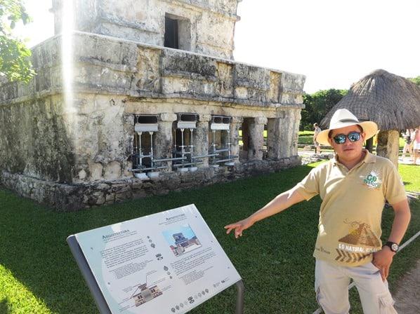 10_Tourguide-am-Freskentempel-Maya-Ruine-Tulum-Cancun-Yucatan-Mexiko-Karibik