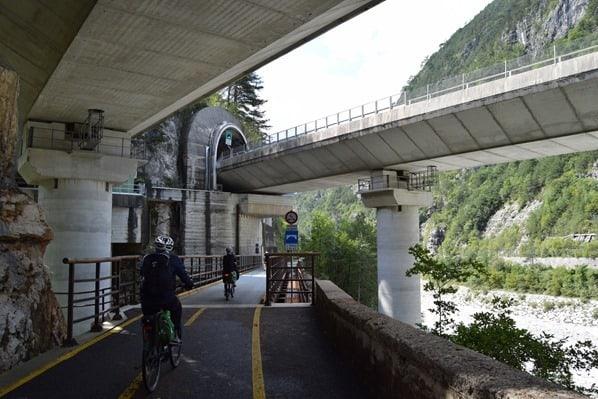 20_unter-Autobahnbruecke-Ciclovia-Alpe-Adria-Radweg-Friaul-Julisch-Venetien-Italien