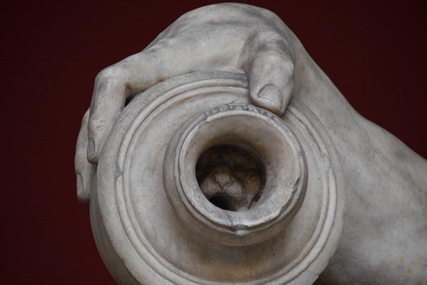 07_Vase-mit-Loewenkopf-liegende-Statue-Vatikan-Vatikanische-Museen-Citytrip-Rom-Italien