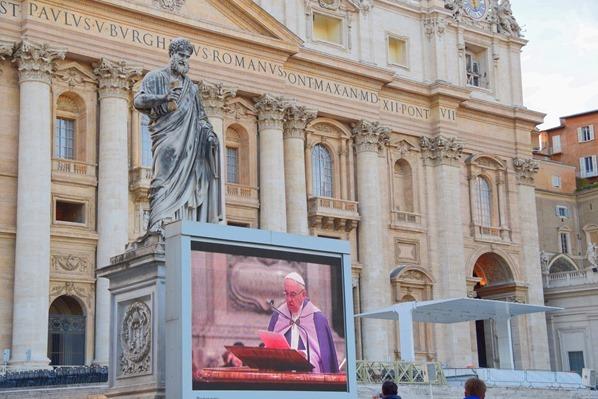 28_Papst-Fanziskus-TV-Petersplatz-Petersdom-Vatikan-Citytrip-Rom-Italien