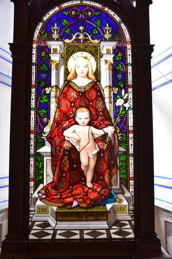 33_Glasmalerei-Madonna-Jesus-Vatikan-Vatikanische-Museen-Citytrip-Rom-Italien