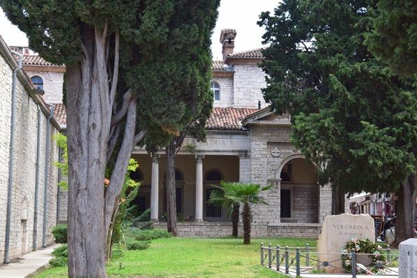 06_Garten-an-der-Kathedrale-von-Pula-Istrien-Kroatien