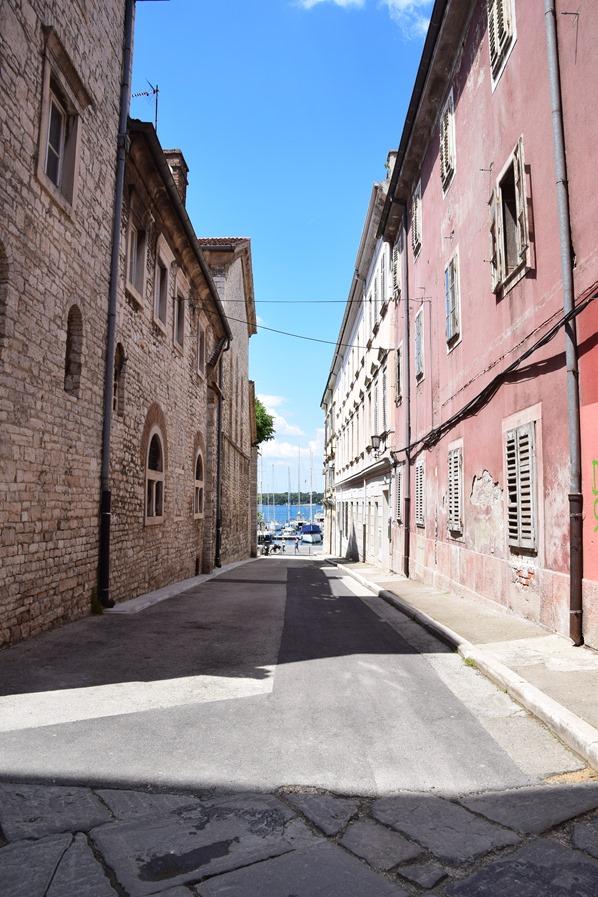07_Gasse-zum-Hafen-Pula-Istrien-Kroatien