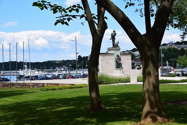 08_Kriegerdenkmal-Hafen-Pula-Istrien-Kroatien