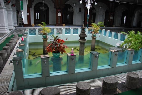 23_Waschbecken-mit-Aquarium-Jummah-Moschee-Port-Louis-Mauritius