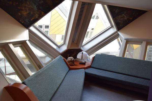 14_a-rosa-Flusskreuzfahrt-Rhein-Cube-House-Wohnzimmer-Rotterdam-Holland-Niederlande
