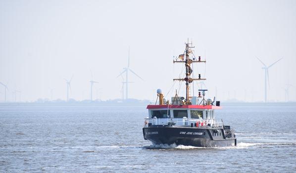 21_Kutter-am-Eidersperrwerk-Windpark-Nordsee-Nordfriesland-Schleswig-Holstein-Deutschland