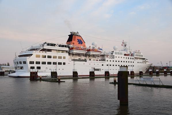 21_Kreuzfahrtschiff-Happag-Lloyd-Hanseatic-Nord-Ostsee-Kanal-Schleuse-Brunsbuettel-Dithmarschen-Nordsee