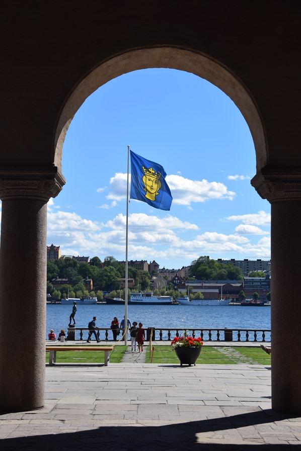27_Torbogen-Stadshus-Stockholm-Flagge-Schweden-Ostsee-Kreuzfahrt