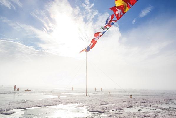 Eisbrecher-Kreuzfahrt-Urlaub-Nordpol-Fahnen