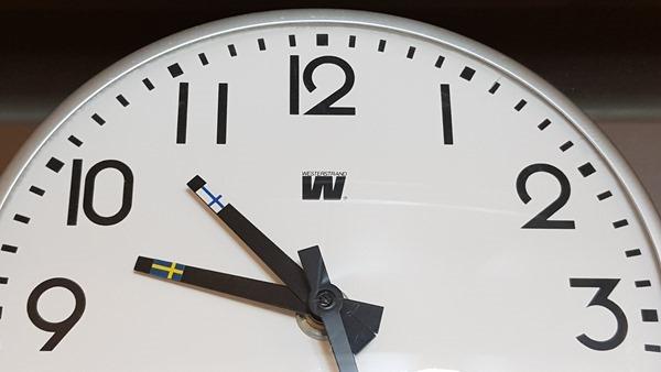 01_Zeitzonen-Uhr-Schweden-Finnland-Ostsee-Kreuzfahrt-Luxusfaehre-Tallink-Silja-Symphony-Minicruise