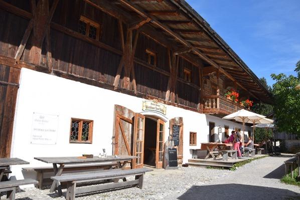 28_Gasthaus-Beim-Wofen-Biergarten-Markus-Wasmeier-Freilichtmuseum-Schliersee-Oberbayern-Bayern-Deutschland