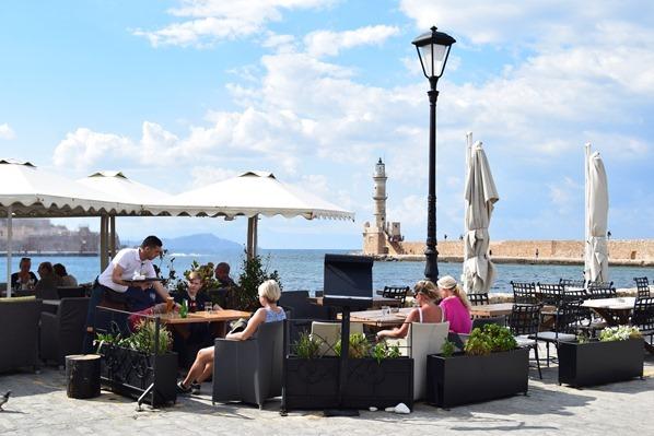 07_Cafe-Leuchtturm-Mauer-Alter-Hafen-Chania-Kreta-Griechenland