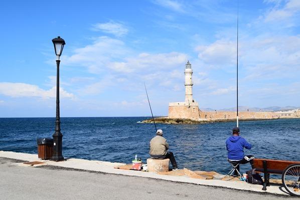 11_Fischer-angeln-Leuchtturm-Alter-Hafen-Chania-Kreta-Griechenland