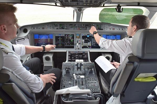 01_Cockpit-AirBaltic-Flug-Muenchen-Riga-Lettland