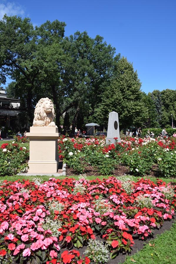23_Park-Woehrmannscher Garten-Statue-Blumen-Riga-Lettland-Ostsee-Kreuzfahrt