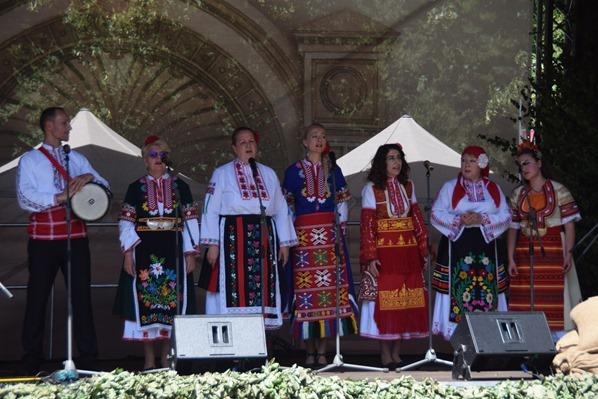 24_Sanger-bunte-lettische-Tracht-Saengerfest-Liederfest-Riga-Lettland-Ostsee-Kreuzfahrt