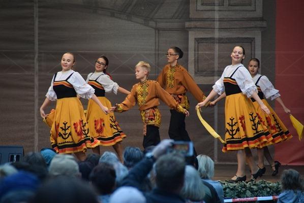 25_junge-Taenzer-lettische-Tracht-Saengerfest-Liederfest-Riga-Lettland-Ostsee-Kreuzfahrt