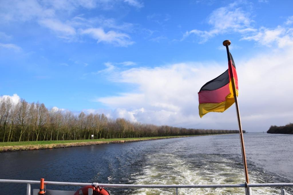 arosa flusskreuzfahrt rhein heck deutschlandflagge kielwasser a-rosa aqua