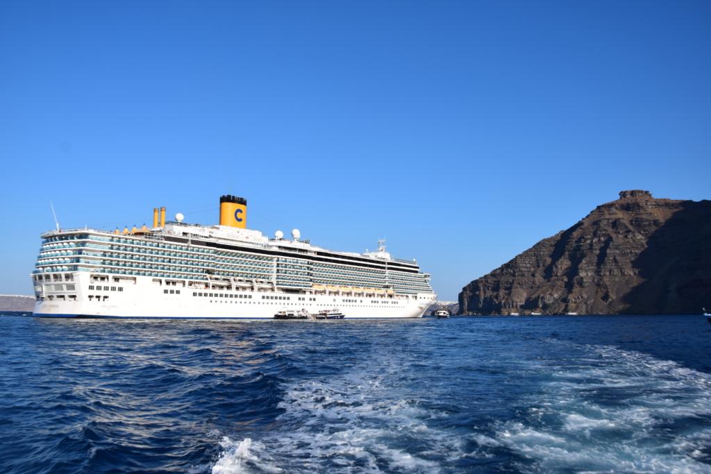 Familienkreuzfahrt Costa Luminosa tendern Santorini Kykladen Griechenland Kreuzfahrt