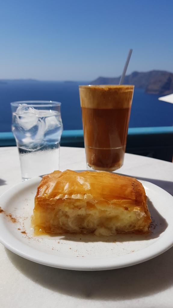 Familienkreuzfahrt Costa Cafe Galaktobueriko Frappe Oia Santorini Kykladen Griechenland Kreuzfahrt