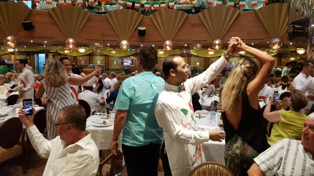 Familienkreuzfahrt Costa Luminosa italienischer Abend Restaurant Taurus Kreuzfahrt