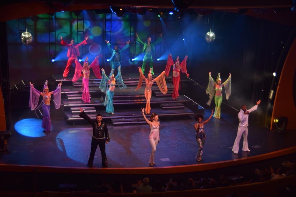 Familienkreuzfahrt Costa Luminosa Entertainment Show Bühne Kreuzfahrt