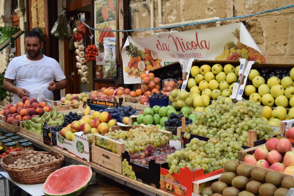 Familienkreuzfahrt Costa Obsthändler Bari Apulien Italien Kreuzfahrt