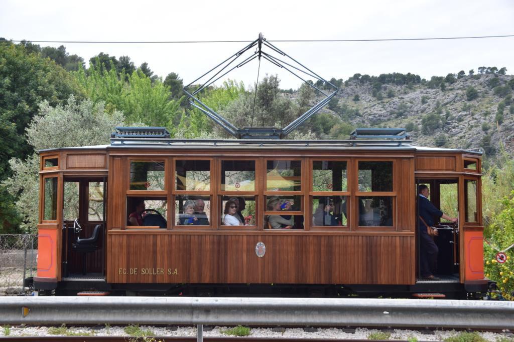 einzelne tranvia strassenbahn soller mallorca balearen spanien