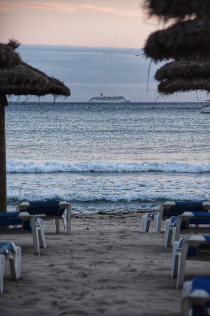 Kreuzfahrtschiff Costa Diadema Sonnenuntergang Strand Playa Paguera Peguera Mallorca Balearen Spanien