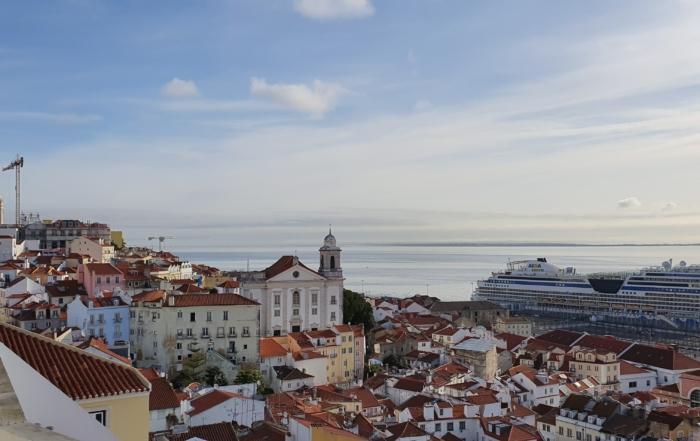 aussicht miradouro de santa luzia lissabon portugal aidamar familien kreuzfahrt scaled