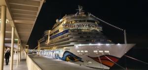 kreuzfahrtschiff aidamar nachts hafen lissabon portugal aida familien kreuzfahrt
