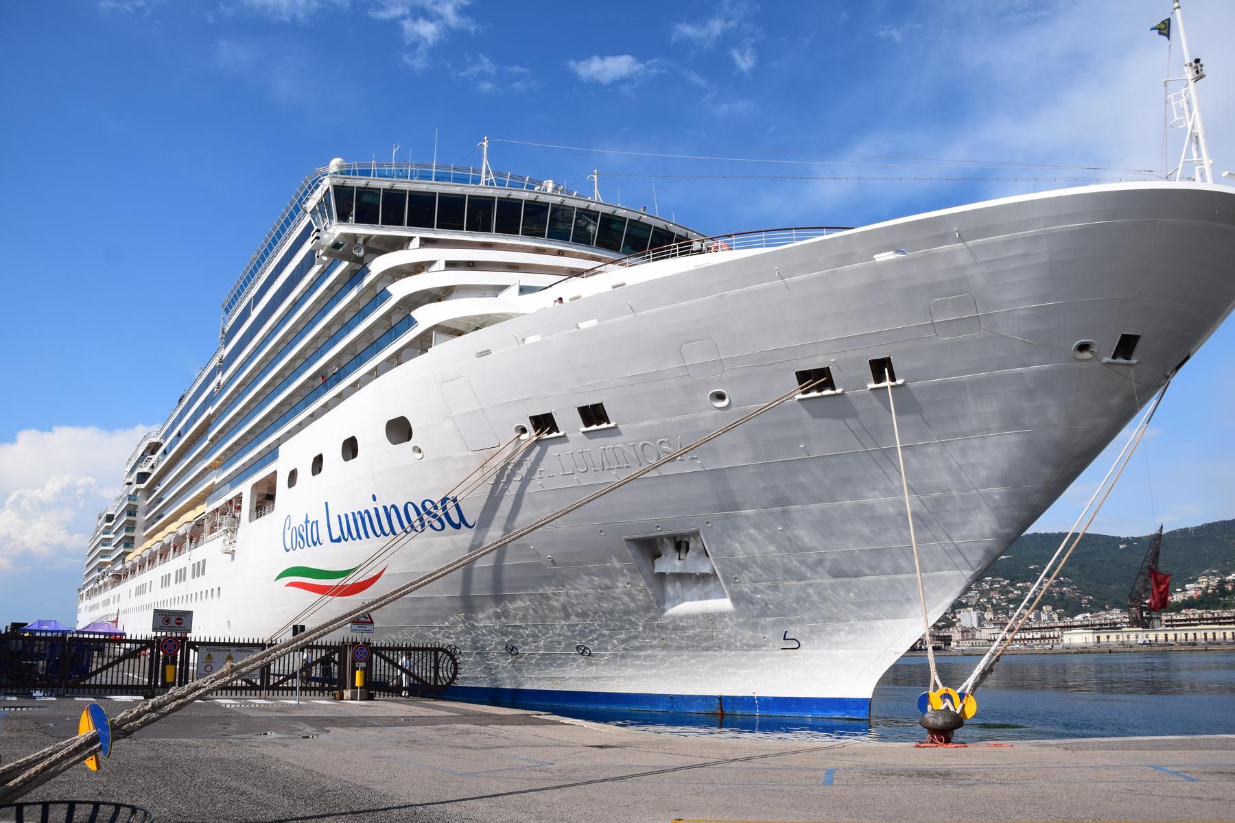 kreuzfahrtschiff costa luminosa kreuzfahrt mittelmeer hafen triest italien