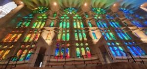 buntglasfenster kathedrale sagrada familia barcelona spanien aida familien kreuzfahrt