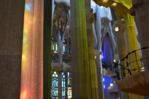 lichtspiel innenraum kathedrale sagrada familia barcelona spanien aida familien kreuzfahrt