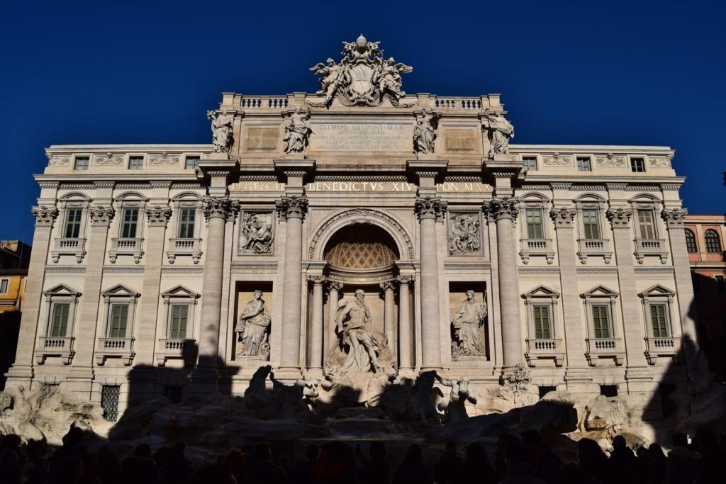 spaziergang trevibrunnen fontana di trevi vormittags rom italien
