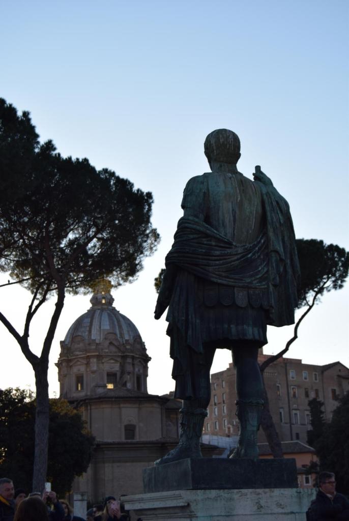 caesaer statue caesarforum rom italien dezember