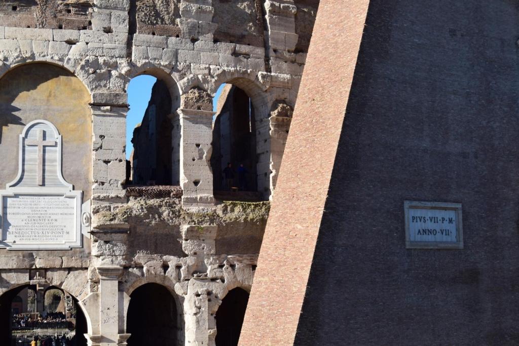 detailaufnahme touristen im kolosseum rom italien