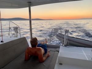 yachtcharter italien relaxen drink sonnenuntergang