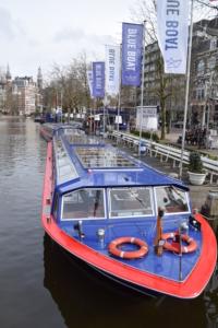 grachtenboote blue boat grachtenfahrt amsterdam hard rock cafe holland niederlande