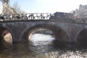 grachten bruecke grachtenfahrt amsterdam holland niederlande