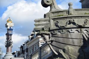 grachten bruecke verzierung grachtenfahrt amsterdam holland niederlande